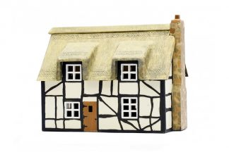 Dapol C020 Thatched Cottage (OO scale plastic kit)